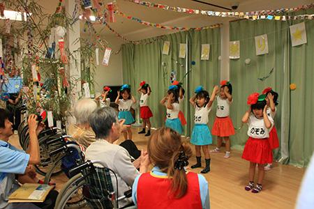 (保育園慰問)楽しい歌と踊りを披露してくれました