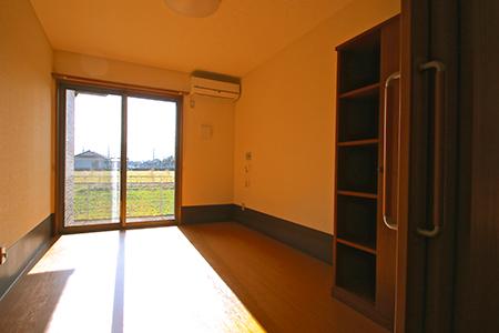 明るい日差しの差し込む個室